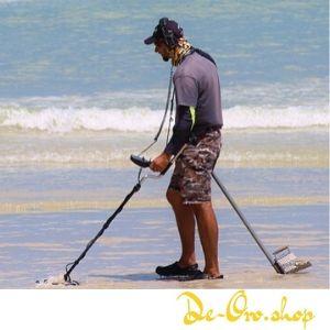 hombre con detector de metales en la playa
