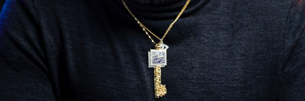 por que adquirir colgantes de oro para hombre