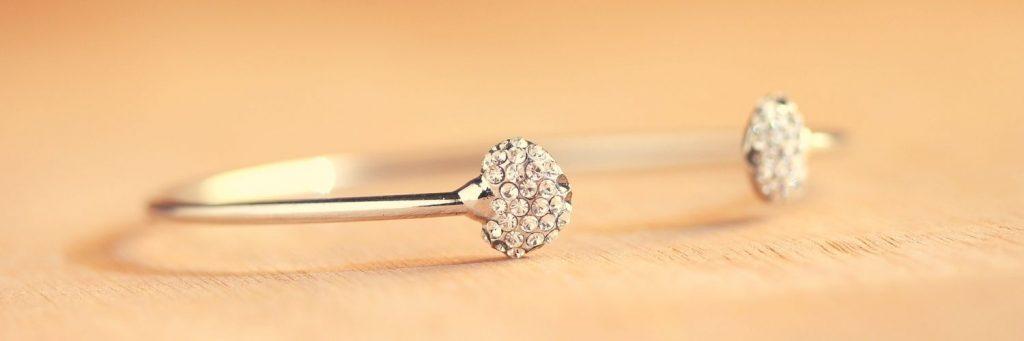 caracteristicas de los brazaletes de oro con diamantes